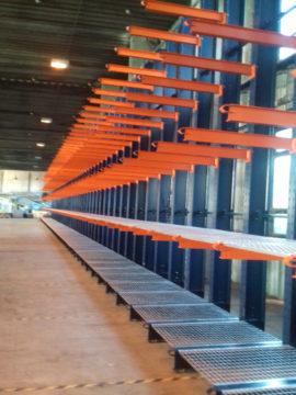 Konzolové regále s výškou 5000 mm. Prvé dve úrovne sú doplnené o oceľové rošty.
