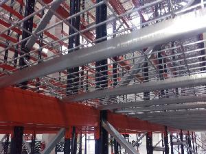 Oceľové rošty ako doplnok k paletovým regálom umožňujú ukladanie atypických paliet a kusového tovaru.